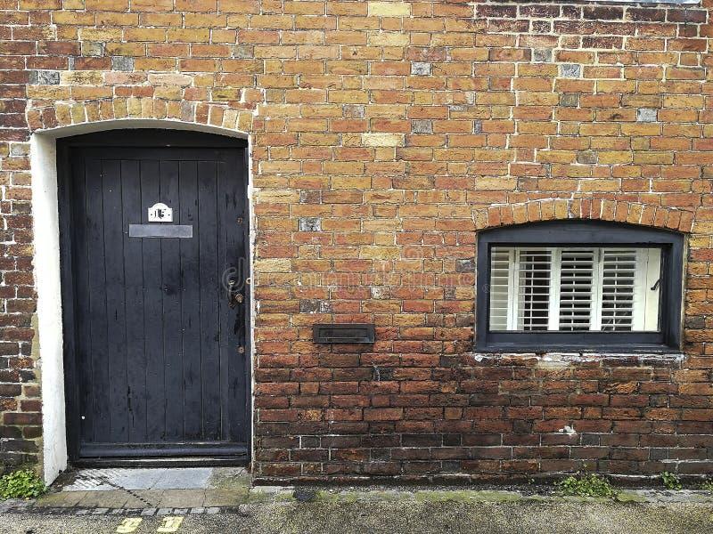 Nieociosana ceglana budowa z drzwi i okno zdjęcia royalty free