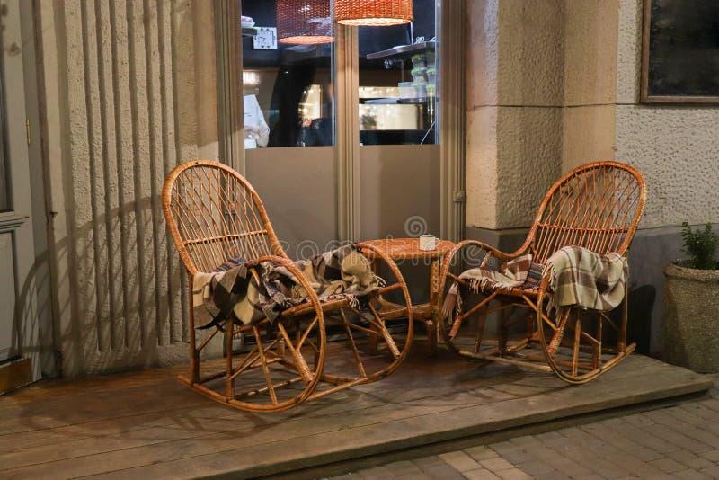 Nieociosana chodniczek kawiarnia z Drewnianymi stołami obrazy royalty free