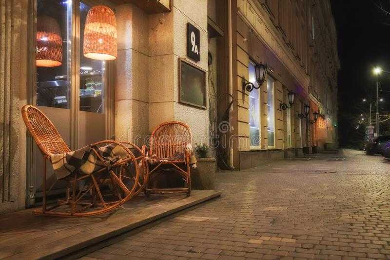 Nieociosana chodniczek kawiarnia z Drewnianymi stołami zdjęcia stock