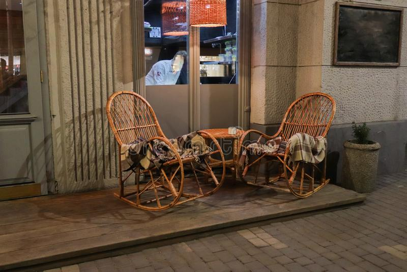 Nieociosana chodniczek kawiarnia z Drewnianymi stołami zdjęcie stock