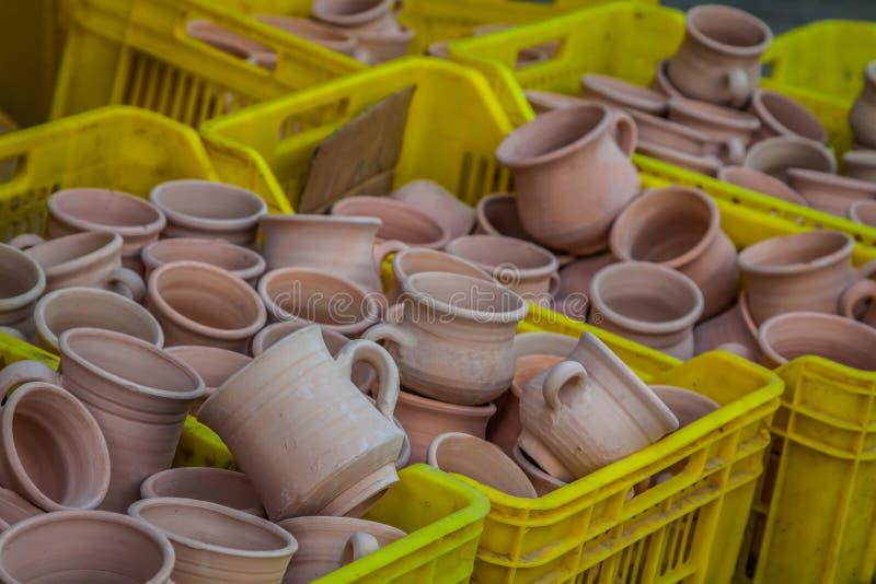 Nieociosane handmade ceramiczne gliniane brown terakotowe filiżanek pamiątki przy zdjęcie stock