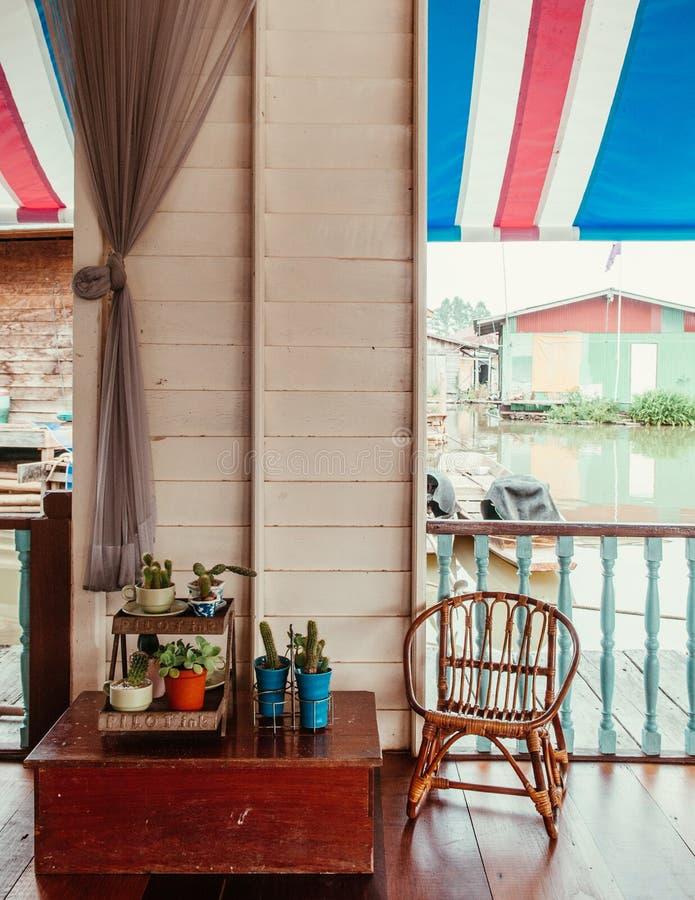 Nieociosanego drewnianego rocznika dom na wsi pojęcia wewnętrzna dekoracja obrazy royalty free
