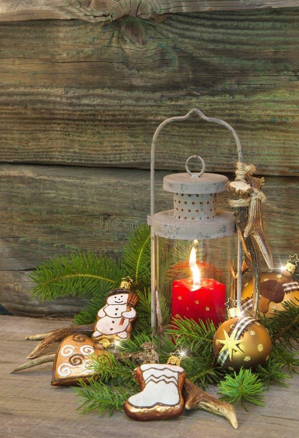 Nieociosani boże narodzenia latarniowi z blaskami świecy i drewnianym tłem fotografia royalty free