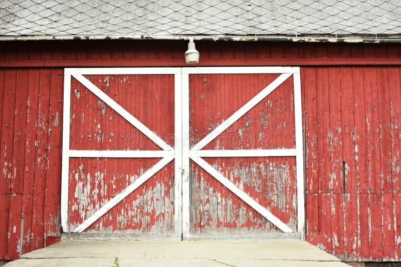 Nieociosani czerwoni stajni drzwi fotografia royalty free
