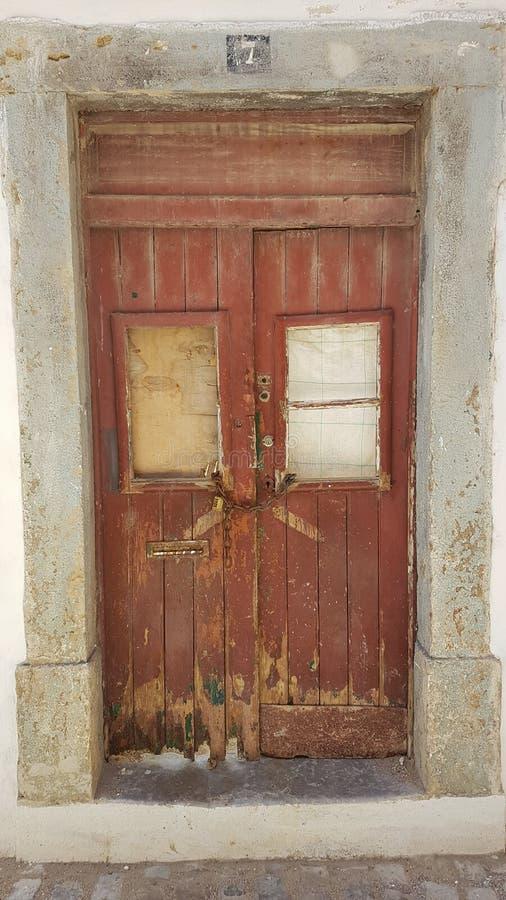 Nieociosani i Starzy Drewniani drzwi w Faro, Algarve, Portugalia obraz royalty free