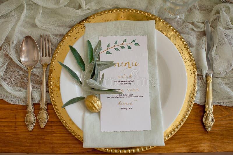 Nieociosany ślubu stołu set Rocznik ?omota st?? z dekoracjami, kwiaty Boho styl Stół ustawiający dla wydarzenia, przyjęcie zdjęcie stock