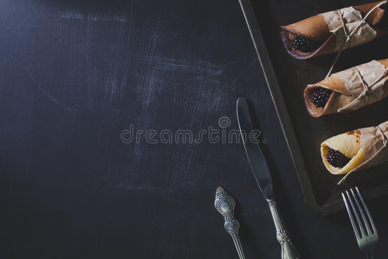 Nieociosany śniadanie z czekoladowymi blinami i czernicami zdjęcie royalty free