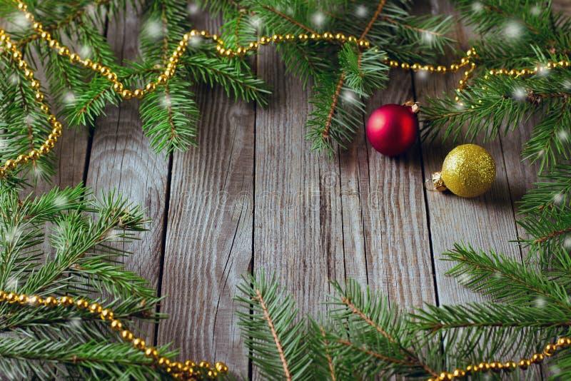 Nieociosany bożego narodzenia tło z jedlinowym drzewem na drewnianym tle Odgórny widok z przestrzenią dla teksta zdjęcia stock