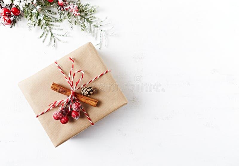 Nieociosany Bożenarodzeniowy prezenta pudełko z Bożenarodzeniowymi dekoracjami na białym drewnianym tle flatlay kosmos kopii obrazy stock