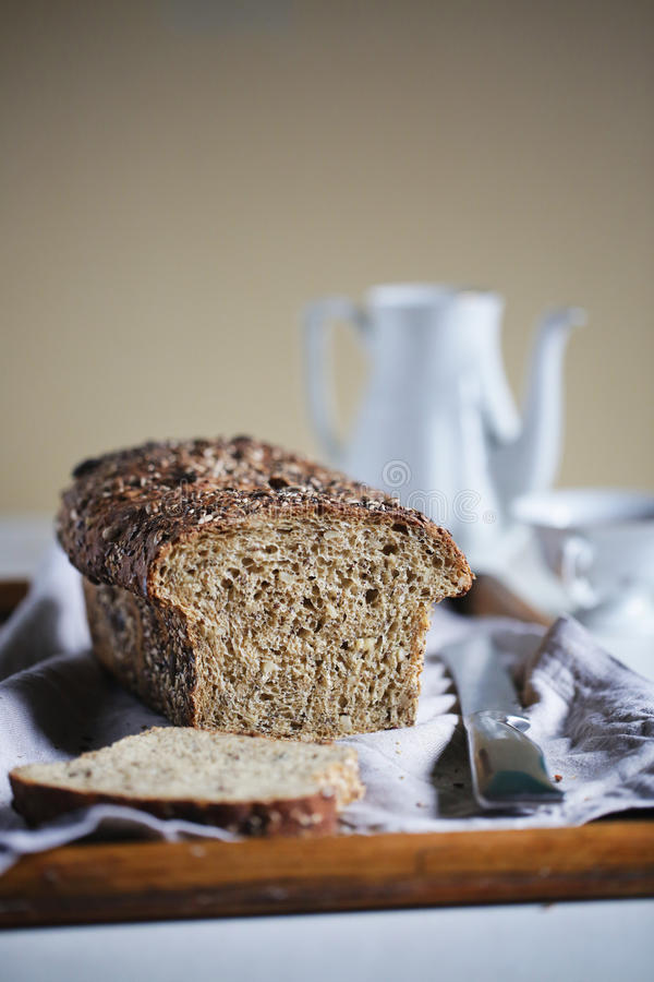 Nieociosany bochenek z ziarnami i całą zbożową mąką, bochenek chleb, pokrajać zdjęcie royalty free