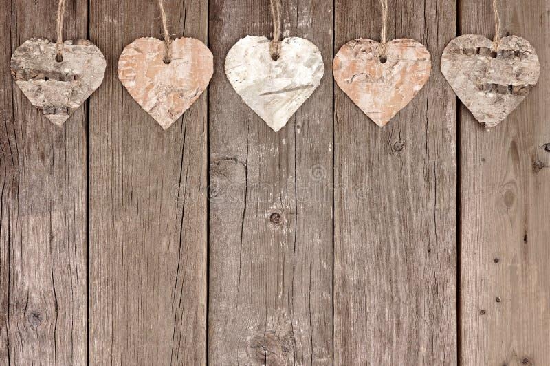 Nieociosany brzozy barkentyny serce ornamentuje obwieszenie przeciw drewnu zdjęcia royalty free