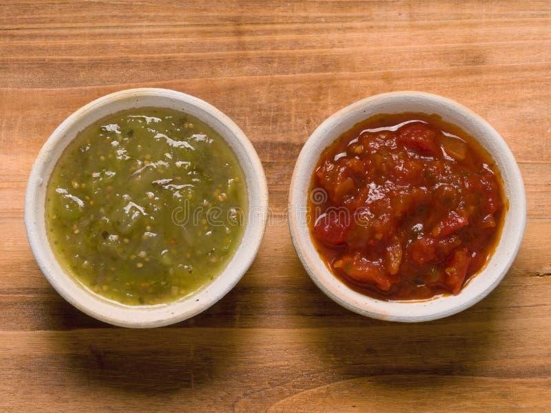 Nieociosany czerwony pomidorowy salsa i zieleń salsa verde zdjęcia royalty free