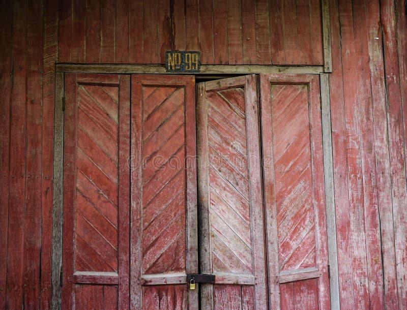 Nieociosany drewniany drzwi wiejski dom obraz stock