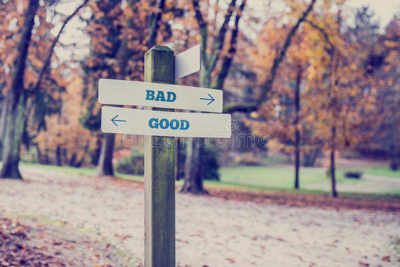 Nieociosany drewniany podpisuje wewnątrz jesień parka z słowa Bad - Dobrym zdjęcie royalty free