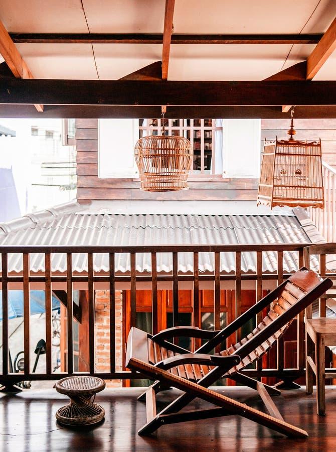 Nieociosany drewniany rocznika recliner krzesła dom na wsi wnętrze conc fotografia stock