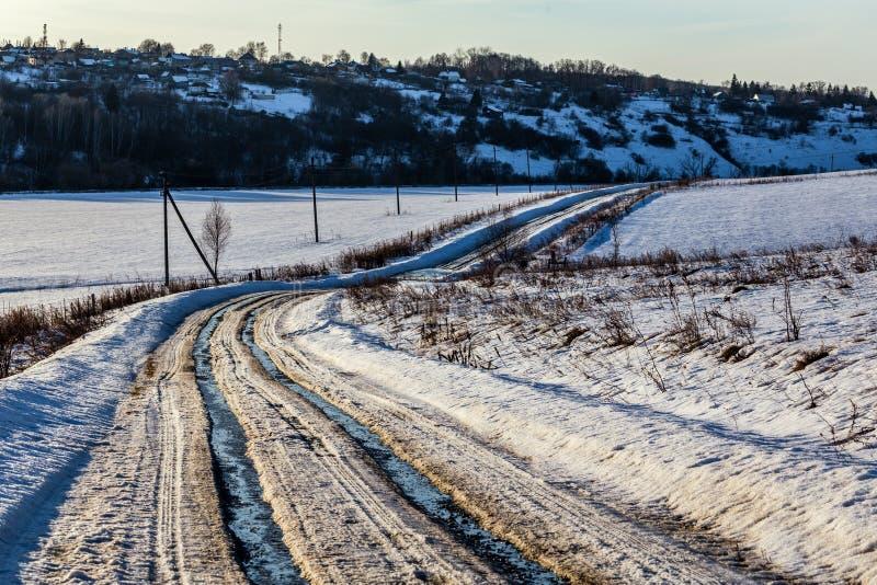 Nieociosany droga ślad przy zimy odwilży światłem dziennym z nikt fotografia royalty free