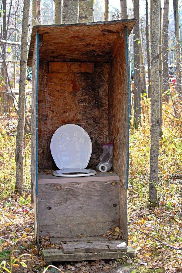Nieociosany outhouse przy łowieckim obozem zdjęcie royalty free