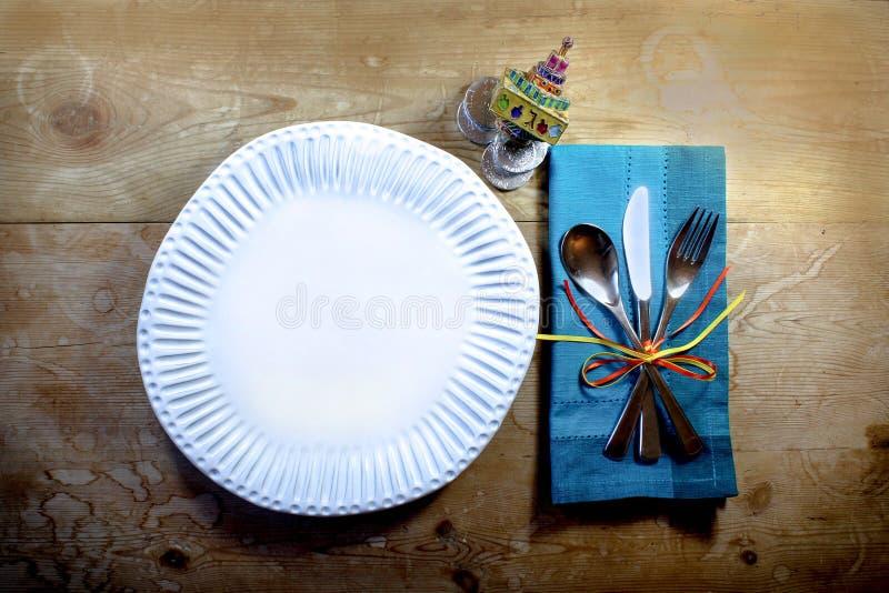 Nieociosany prawdziwy przypadkowy Hanukkah posiłku miejsca położenie z handmade talerzem i emaliującym dreidel obraz royalty free
