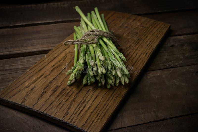 Nieociosany sztuki piękna wciąż życie wiązka asparagus obraz royalty free