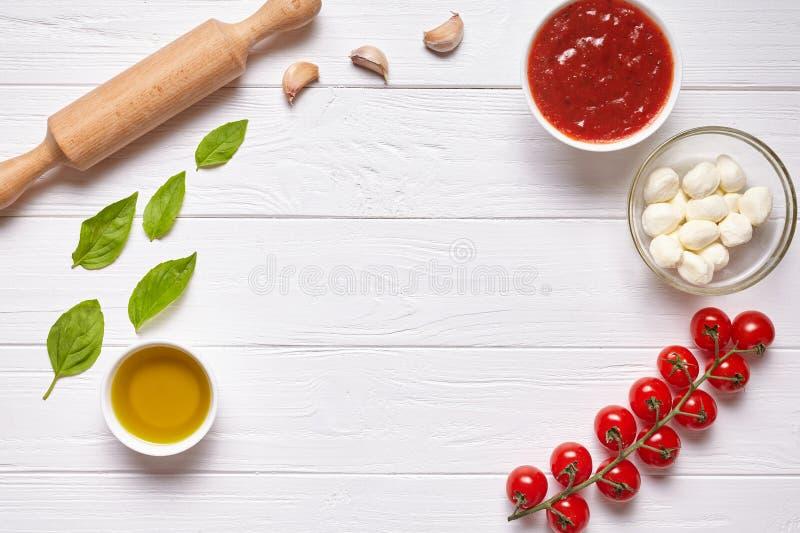 Nieociosany tradycyjny Włoski karmowy tło z pustą odbitkową projekt przestrzenią na białej drewnianej tekstury kuchennym stole fotografia royalty free