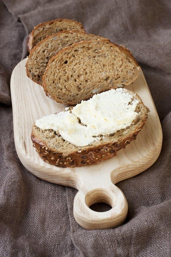 Download Nieociosany żyto Chleb Na Drewnianej Desce Zdjęcie Stock - Obraz złożonej z mąka, ciasto: 53777266