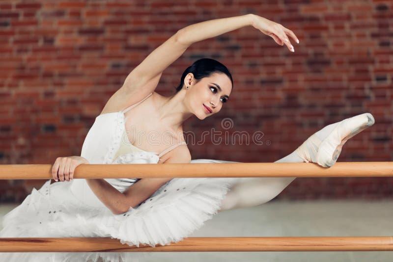 Niepłonna balerina wykonuje niektóre ruchy z nastroszoną nogą obrazy royalty free