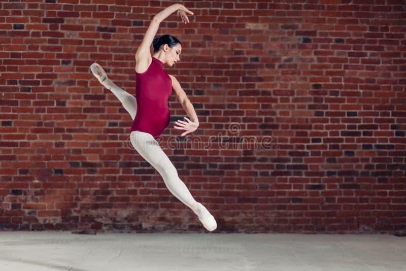 Niepłonny aktywny choreograf robi wyczynowi kaskaderskiemu obrazy royalty free
