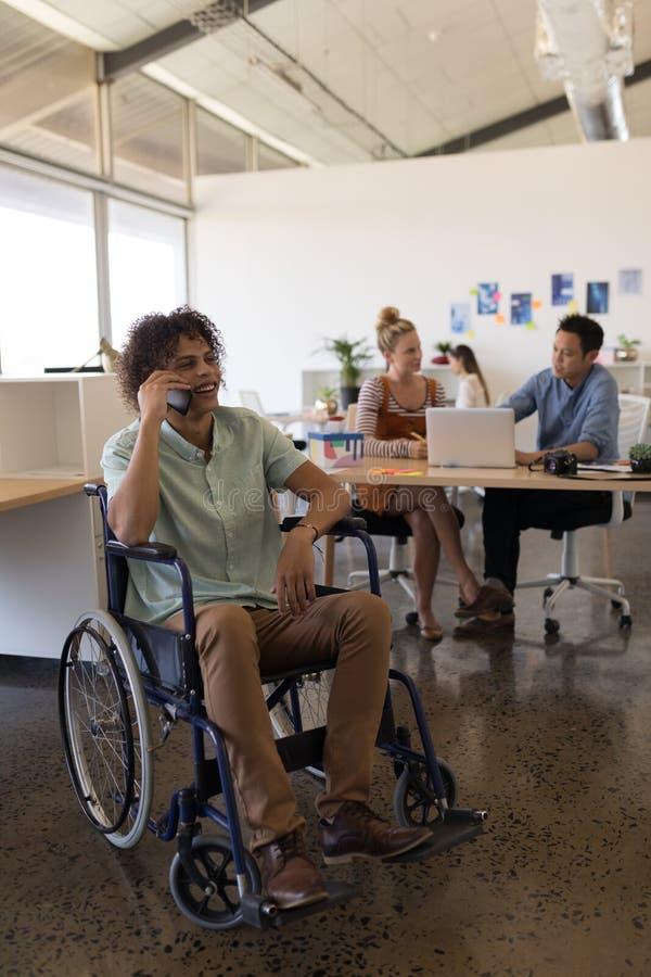 Niepełnosprawny męski kierownictwo opowiada na telefonie komórkowym fotografia stock
