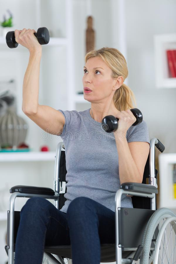 Niepełnosprawna kobieta ćwiczy w domu fotografia royalty free