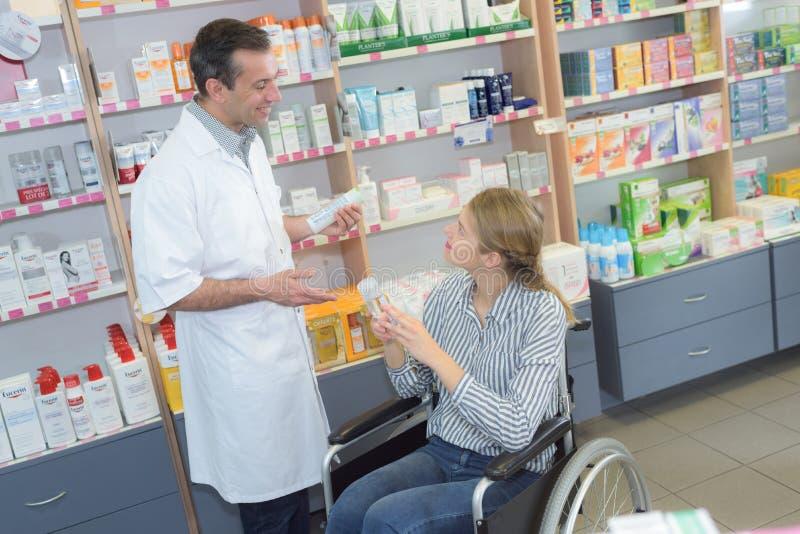 Niepełnosprawna kobieta przy apteką zdjęcie royalty free