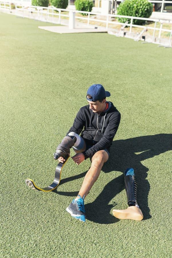 Niepełnosprawna mężczyzna atleta przygotowywająca dla trenować z nogi prosthesis zdjęcie royalty free