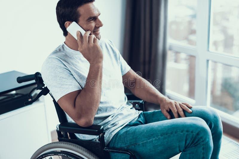Niepełnosprawna osoba Opowiada telefon w wózku inwalidzkim obrazy royalty free