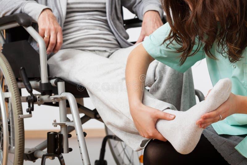 Niepełnosprawna osoba podczas rehabilitaci obraz royalty free