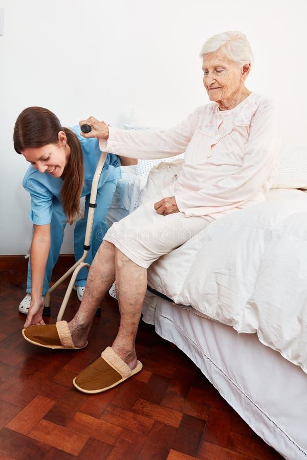Niepełnosprawna starsza kobieta dostaje pomoc dostaje up obrazy royalty free