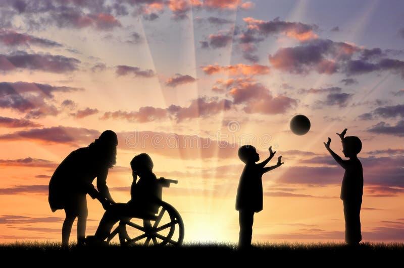 Niepełnosprawne dziecko w wózka inwalidzkiego płaczu i jego matkujemy blisko dziecko sztuki z piłką obrazy stock
