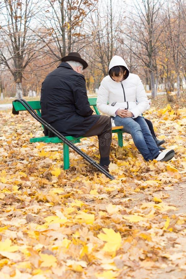 Niepełnosprawne starsze osoby mężczyzna i kobieta bawić się szachy obraz stock