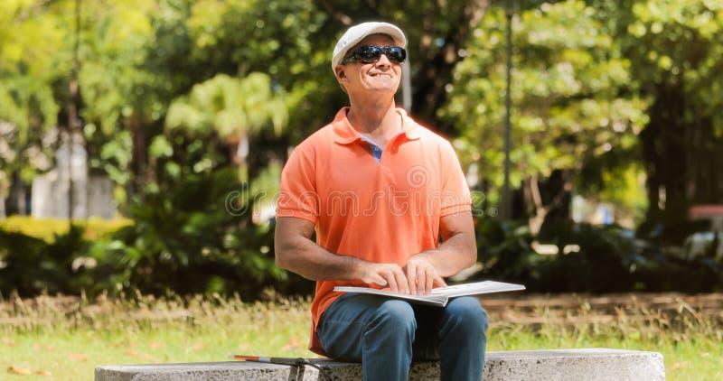 Niepełnosprawni ludzie Z Inwalidzkim Niewidomego mężczyzna brajlu Czytelniczym okrzyki niezadowolenia obraz stock
