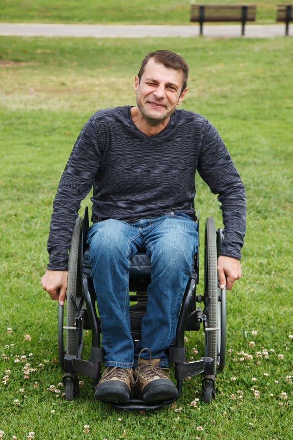 Niepełnosprawni mężczyzna w wózku inwalidzkim. obrazy stock