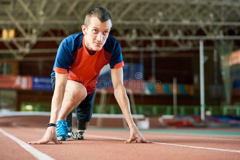 Niepełnosprawny biegacz na początku obrazy royalty free