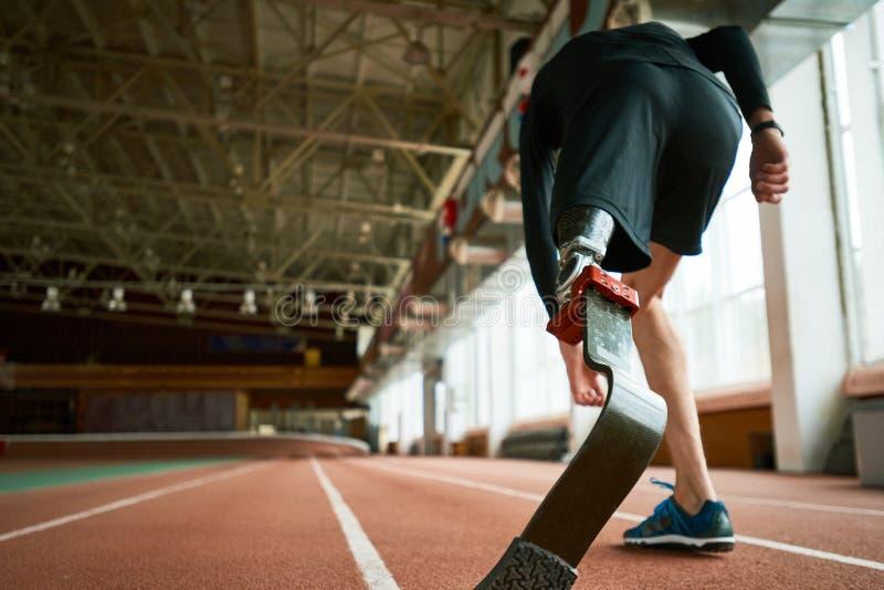 Niepełnosprawny biegacz na początku z powrotem widoku zdjęcia stock