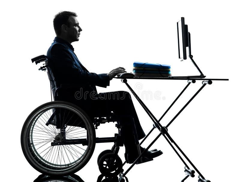 Niepełnosprawny biznesowy mężczyzna oblicza laptop w wheelchai zdjęcie stock