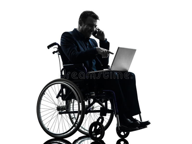 Niepełnosprawny biznesowy mężczyzna oblicza laptop w wheelchai zdjęcie royalty free