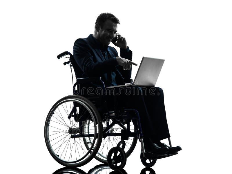 Niepełnosprawny biznesowy mężczyzna oblicza laptop w wheelchai obrazy stock
