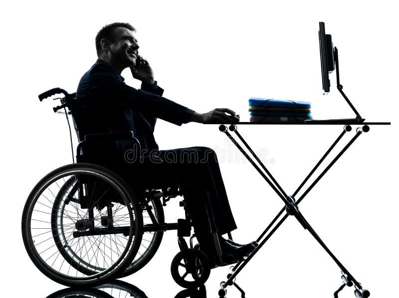 Niepełnosprawny biznesowy mężczyzna pracuje w wózek inwalidzki sylwetce w whe obraz stock