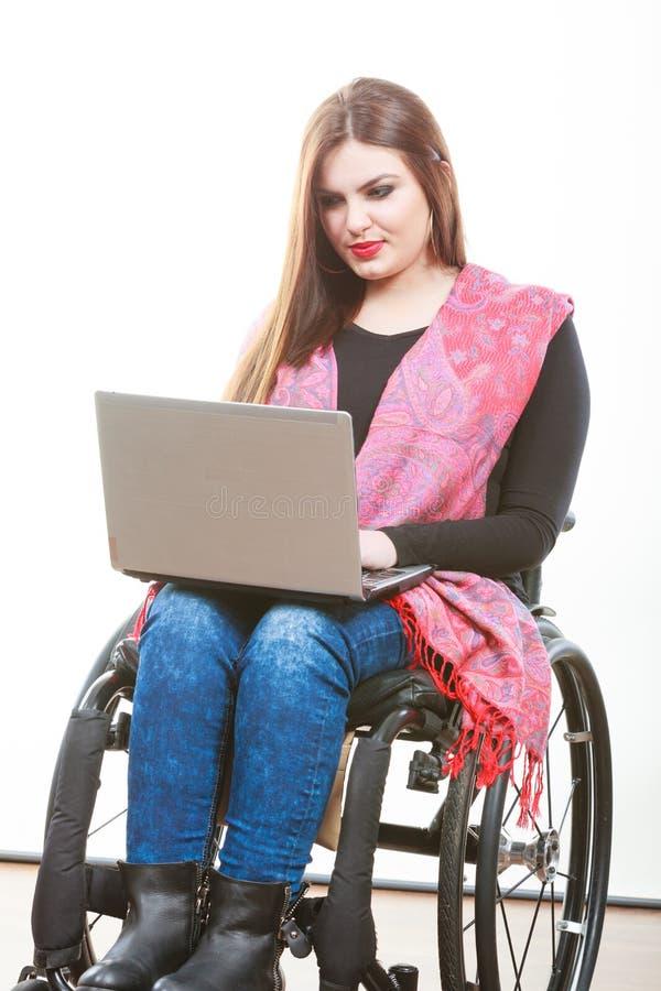 Niepełnosprawny dama surfing na sieci fotografia royalty free
