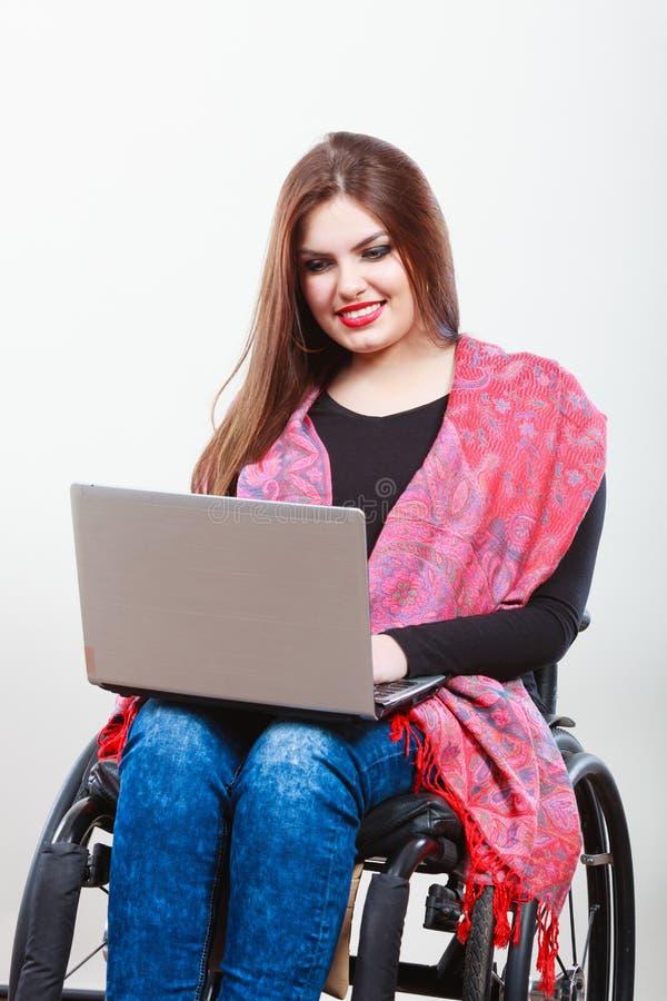 Niepełnosprawny dama surfing na sieci fotografia stock