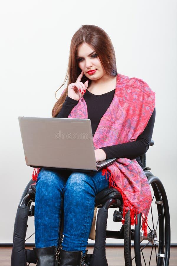 Niepełnosprawny dama surfing na sieci obrazy stock