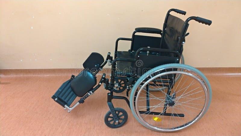 Niepełnosprawny fracht Czarny wózek inwalidzki w szpitalu dla transportu poważnie chory ludzie obrazy stock