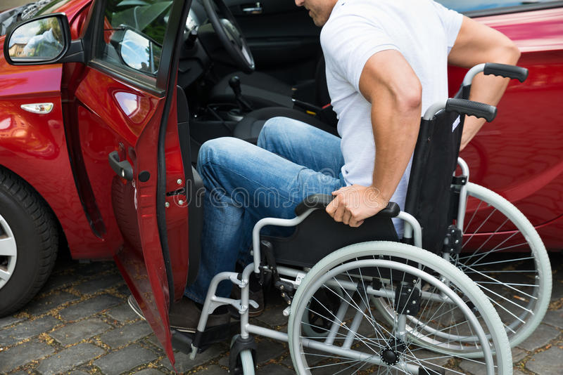 Niepełnosprawny mężczyzna abordaż w jego samochodzie fotografia royalty free