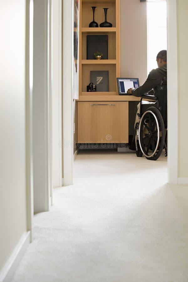 Niepełnosprawny mężczyzna telecommuting zdjęcie stock